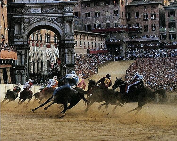 Dans quelle célèbre manifestation, les différents quartiers de cette ville sont mis en rivalité dans une compétition depuis le XV e siècle?