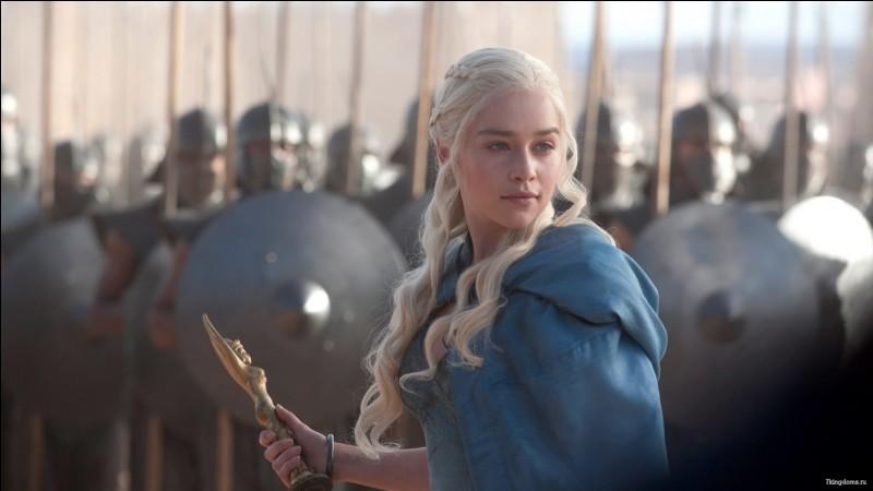 Quel événement a poussé Daenerys Targaryen à l'exil vers Essos ?
