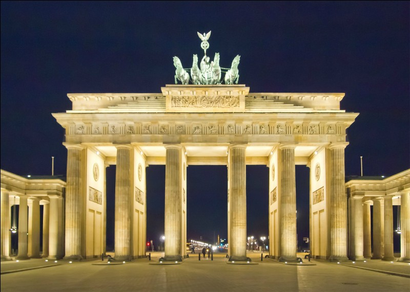 """B - Le mur de """"Berlin"""", construit en août 1961, a été démoli à partir du 9 novembre 1989."""