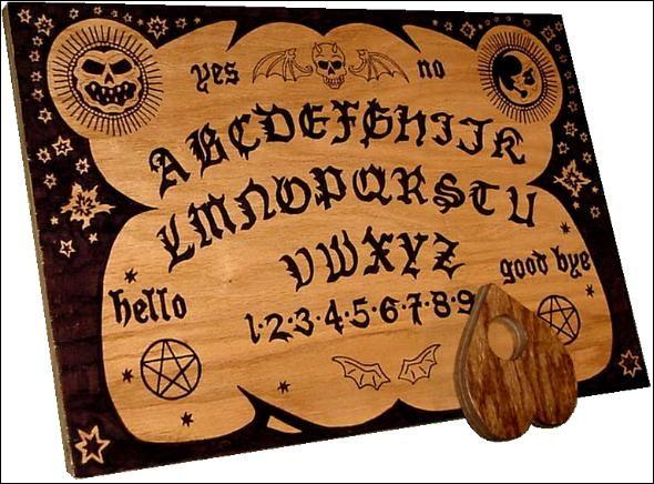 """F - Les chasseurs de """"fantômes"""" agissent en équipes et utilisent le spiritisme (planches de ouija et écriture automatique) et divers équipements électroniques."""
