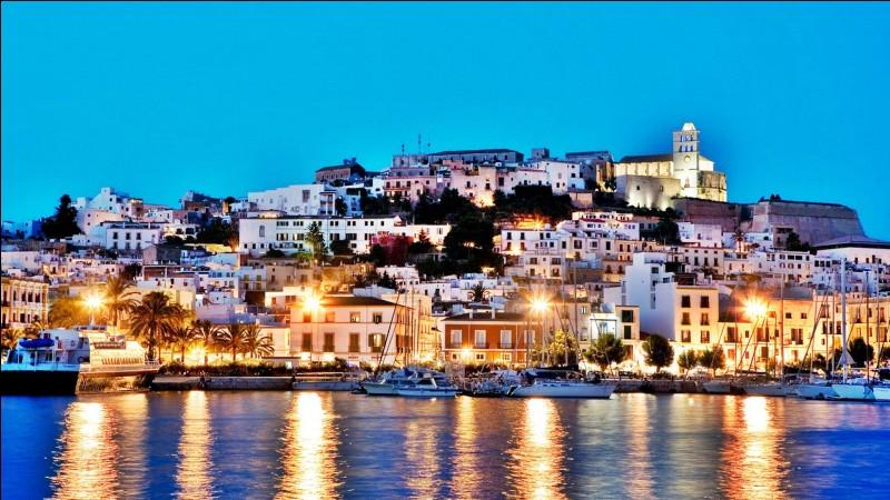 """I - """"Ibiza"""" est la plus grande des îles Pityuses, archipel espagnol autonome au sein des îles Baléares."""