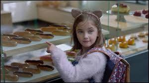 La petite Chloé passe devant la boulangerie tous les jours avec son blaireau de père qui n'a jamais de liquide pour lui payer un éclair au chocolat ! Heureusement, la Banque populaire a pensé à tout et grâce à l'application Apple Play, elle va permettre à cet abruti de satisfaire sa fille. Quelle chanson accompagne le clip ?