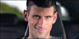 Dans cette pub pour la 308 Peugeot, on voit un petit Djokovic massacrer nos oreilles avec un violon et renvoyer une balle de tennis avec son instrument pour exploser une statue. Qui a composé la musique qui illustre cette pub ?