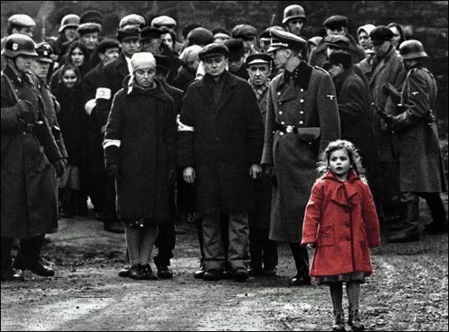 La Liste de Schindler - Lorsque la construction du camp de concentration de Płaszów est achevée, il est ordonné de vider le ghetto de Cracovie ; cette scène très violente fait de nombreux morts, dont cette petite fille habillée de rouge, à un âge où beaucoup jouaient à la poupée. Son corps va disparaître comme celui de milliers de Juifs de la Seconde Guerre mondiale :