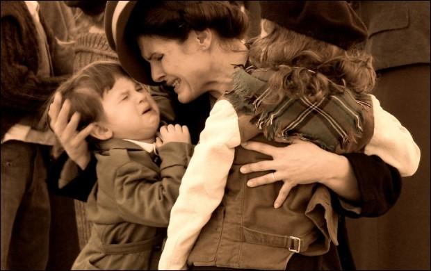 La Famille de Nicky - Nicholas Winton, aussi appelé le Schindler britannique, a sauvé 669 petits Slovaques et Tchèques du génocide allemand ; ces petits Juifs auraient perdu la vie en 39. Combien de Juifs avaient été sauvés par Schindler ?