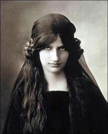 """""""Noix de coco"""" (1917). Étudiante aux beaux-arts. Alors modèle de Foujita. Vers la fin de cette année, elle rencontre celui qui deviendra son maître artistique, son compagnon et père de sa fille."""