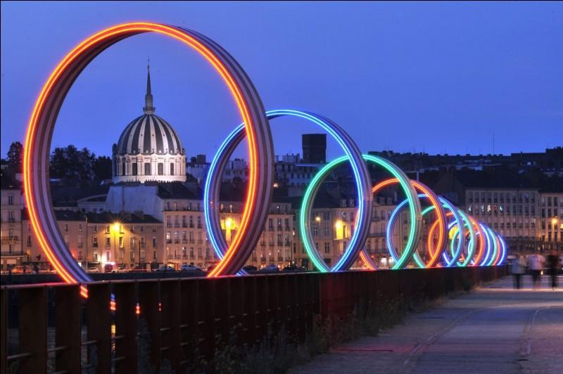 Nantes est une ville située en/au :