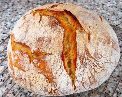 Dans la phrase : « Une livre de pain qu'il livre avec un livre de recette », la signification du premier mot « Livre » est :