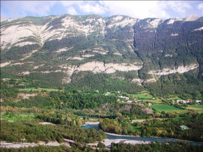 Quelle est cette commune des Hautes-Alpes renommée pour sa cathédrale Notre-Dame du Réal, ses fortifications et son triathlon, l'un des plus exigeants au monde ?