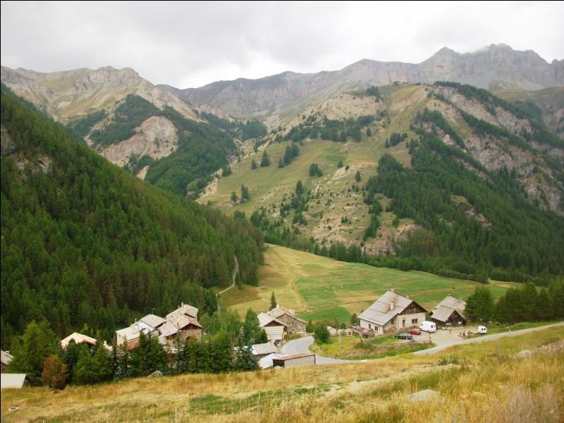 Quelle est la particularité de la commune de Saint-Véran dans les Hautes-Alpes ?