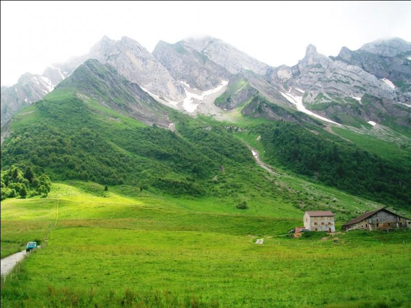 Quel est ce col des Alpes culminant à 1486 mètres, régulièrement franchi par le Tour de France et dont le sommet sert de frontière entre la Savoie et la Haute-Savoie ?