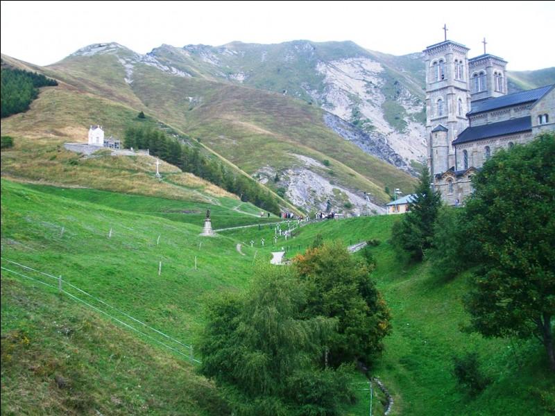 Quelle est cette célèbre abbaye située en Isère, dans le massif du Dévoluy, devenue lieu de pèlerinage depuis de supposées apparitions de la Vierge ?