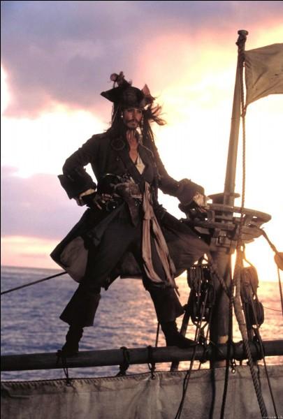 A qui Jack a-t-il volé le bateau avec lequel il se rend à Port Royal, mais qui finit par prendre l'eau ?