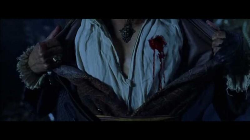Lorsque le capitaine Barbossa meurt, qu'a-t-il dans la main ?