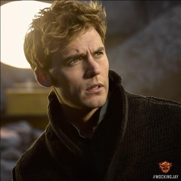 Comment s'appelle l'ami de Katniss qui s'est fait arracher la tête par des monstres et qui est mort quand ils étaient dans les souterrains pour entrer dans la maison de Snow ?