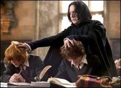 Que fait Rogue à Harry et Ron ?