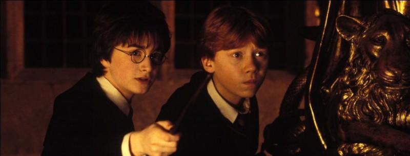 """Dans """"Harry Potter à l'école des sorciers"""", que se passe-t-il dans le chapitre """"Duel à minuit"""" ?"""