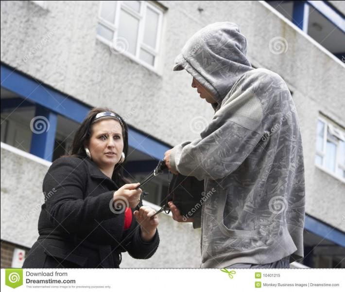 Une femme se fait agresser devant vous.