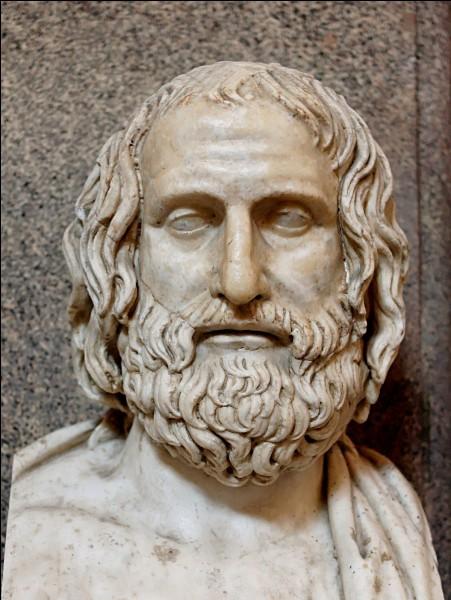 """Qui a écrit cette phrase concernant Thanatos : """"Je marche sur elle pour l'initier par mon épée; car ceux dont cette épée a consacré la chevelure sont voués dès lors aux dieux des enfers"""" ?"""