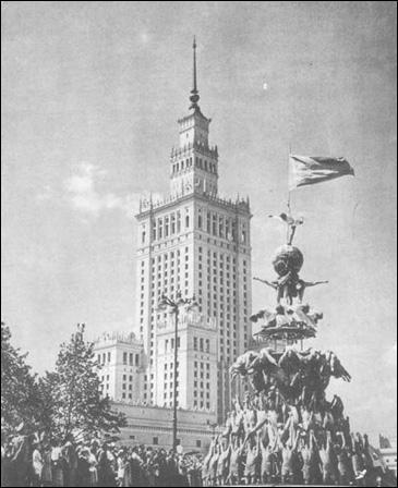Quelle est la principale modification territoriale de la Pologne suite à la conférence de Potsdam (photo : le palais des Arts et de la Culture de Varsovie, construit en 1955 sur le modèle d'architecture monumentale soviétique) ?
