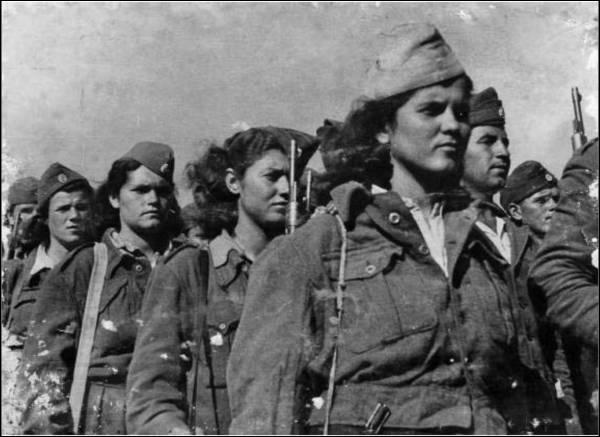 """Quel pays européen connaît, par une grande guerre civile de 1946 à 1949, l'un des premiers affrontements communistes/anticommunistes (photo : soldats féminins de """"l'Armée démocratique de (nom du pays)"""" ?"""