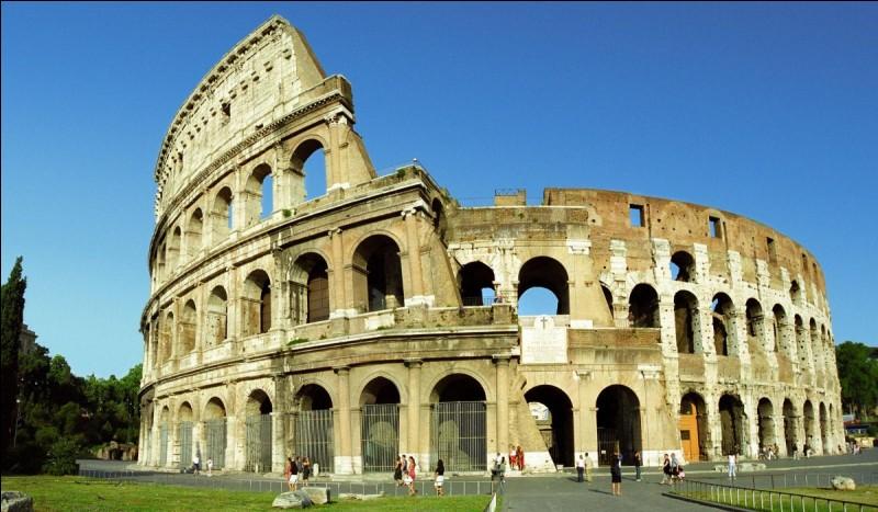 Tu peux visiter le Colisée, célèbre monument antique.