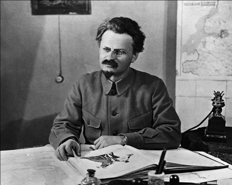 Histoire : Quel outil fut utilisé par l'assassin de Léon Trotski à Mexico le 20 août 1940?
