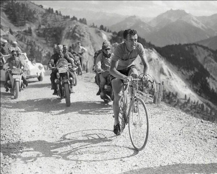 Sport : Lors de quelle ascension mythique de col alpin, les coureurs du Tour de France traversent-ils le décor somptueux de la Casse Déserte?