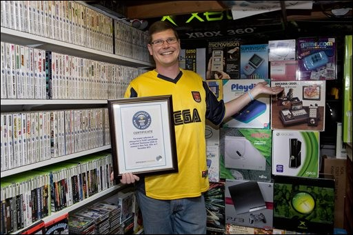 Regardez cette boîte à jeux, on a envie de tout lui prendre ! Grâce à cette énorme collection, cet homme est devenu le plus grand collectionneur de jeux vidéo. Combien en possède-t-il ?