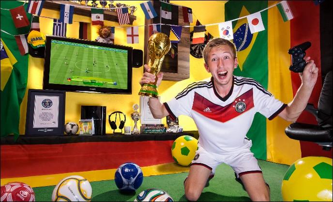 Ce mec-là est un as du foot ! Vous ne devinerez jamais sur quel score il a écrasé l'équipe qu'il affrontait au jeu de la ''Coupe du monde 2014'' ...