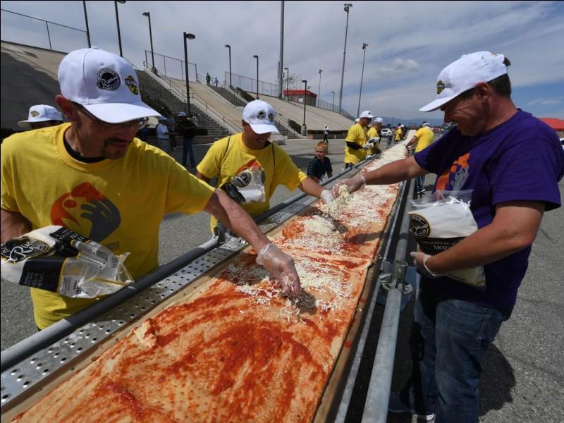 Nous allons nous intéresser à un record. Cette pizza pèse 7 tonnes et elle a été fabriquée en Californie le 10 juin 2017. C'est la plus grande jamais préparée dans le monde. Combien mesure cette énorme pizza ?