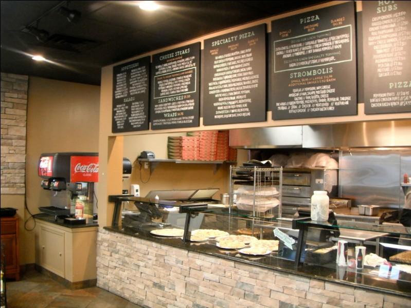"""En quelle année le mot """"pizzeria"""" a-t-il été inventé pour désigner un restaurant spécialisé dans la vente de pizzas ?"""