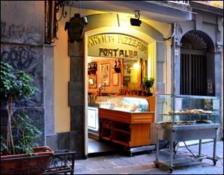 Appelée Antica Pizzeria Port'Alba, la plus ancienne pizzeria connue date de 1738. Où se trouve-t-elle ?