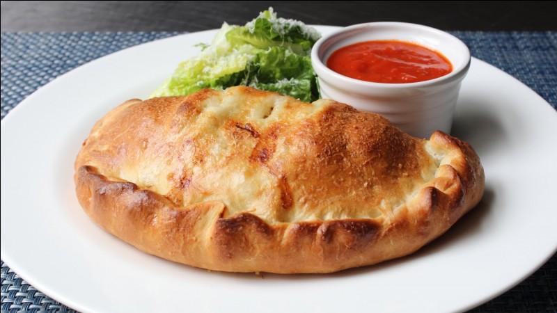 Maintenant arrêtons-nous sur une pizza en particulier. Que retrouve-t-on généralement comme ingrédients dans une calzone ?