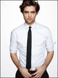 Dans les bonus du DVD Harry Potter et la coupe de feu, Robert Pattinson est très présent et commente une partie de documentaire. Lorsqu'il salue à la fin, que porte-t-il comme accessoire ?