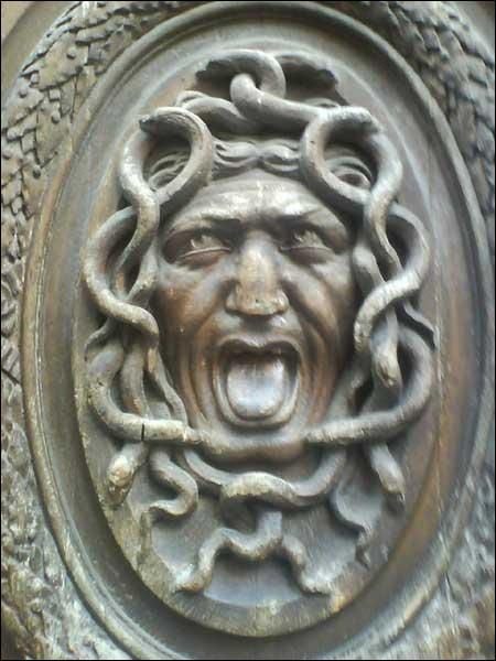 Elles possèdent des ailes d'or, des mains de bronze, d'énormes canines et une chevelure de serpents.