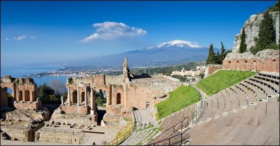 """Située sur la côte est de la Sicile, à mi-chemin entre Messine et Catane, face à l'Etna, j'ai vu le tournage du film de Luc Besson, """"Le Grand Bleu"""", dans ma baie. Quelle ville suis-je ?"""