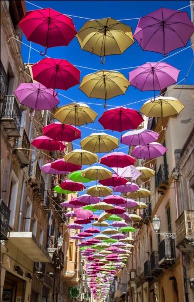 Ne pas me confondre avec un chanteur espagnol prénommé Julio ! Je suis une ville italienne située en Sardaigne.