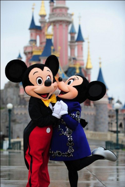 Nous, les Cassassiens, habitants d'une commune française faisant partie du Val d'Europe, secteur 4 de la ville nouvelle de Marne-la-Vallée, accueillons de nombreux touristes grâce à Disneyland Paris. Où habitons-nous ?