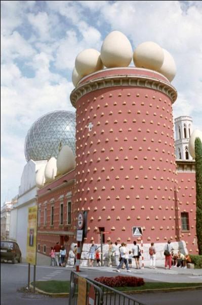 Ville catalane située à 24 km au sud du col du Perthus sur l'axe routier qui relie Barcelone à la France, j'abrite le musée Salvador Dali.