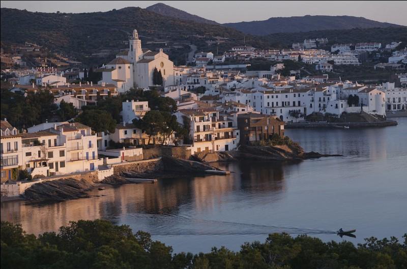 Les peintres Picasso et Salvador Dali aimaient passer leurs étés chez moi, un ancien village de pêcheurs situé au nord-est de l'Espagne, dans la province de Gérone en Catalogne. Commune la plus orientale d'Espagne continentale, je m'appelle...