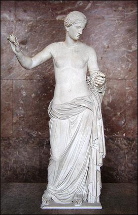 Elle est la déesse de l'amour et de la beauté dans la mythologie romaine. Elle est équivalente à la grecque Aphrodite.
