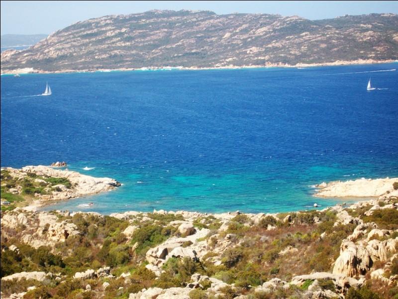 Comment surnomme-t-on le littoral nord-est de la Sardaigne ?