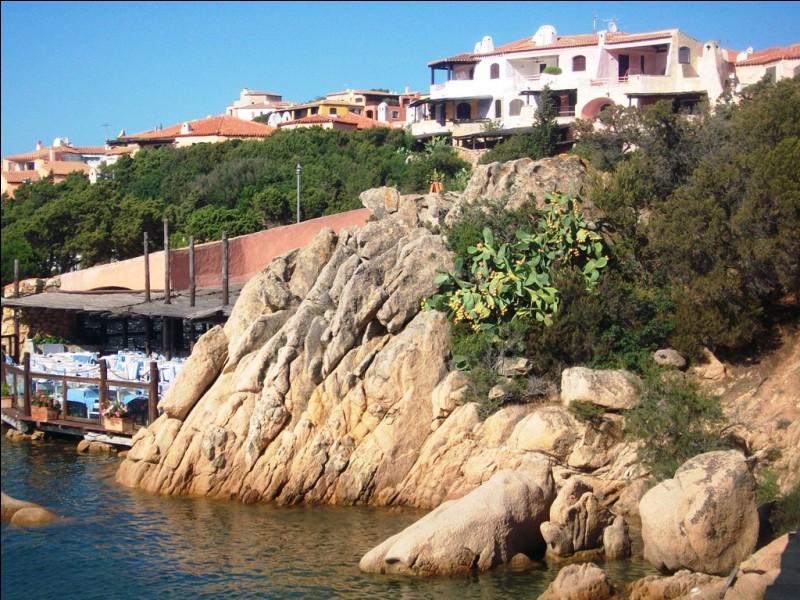 Cette côte abrite, entre autres, la station balnéaire de Porto Cervo. Pour quelle raison ce village est-il réputé ?