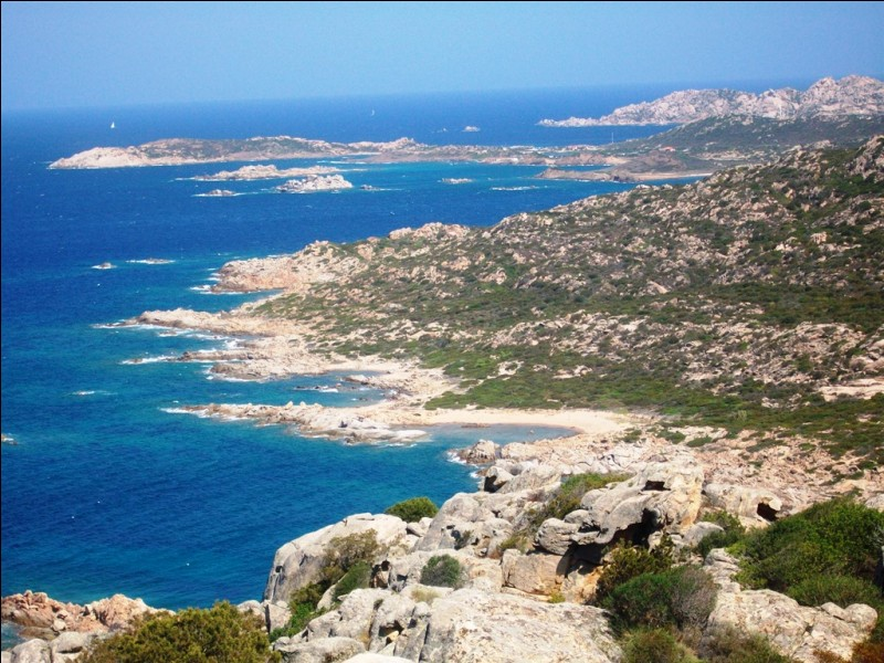 Comment s'appelle cet archipel italien rattaché à la Sardaigne et situé entre celle-ci et la Corse ?