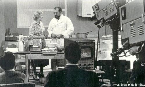 Voici cette même speakerine accompagnée du grand chef Raymond Oliver, dans la première émission culinaire diffusée en 1954 :