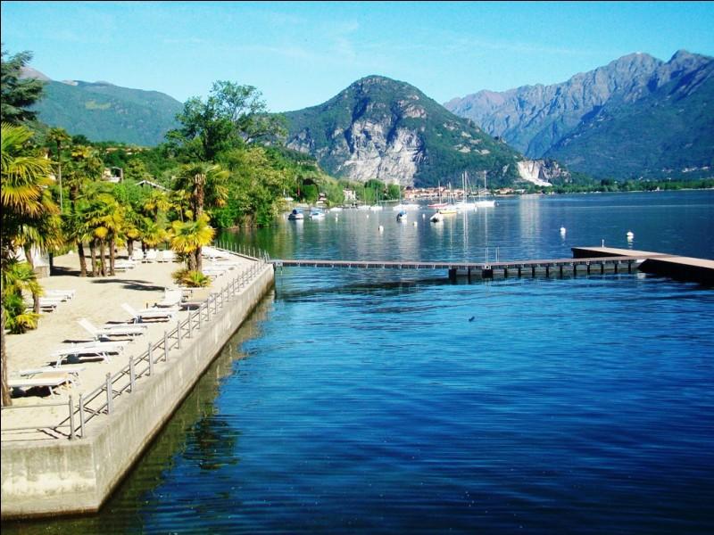 """Quel lac, séparé du lac Majeur par le Monte Mottarone, est souvent considéré comme son """"petit-frère"""" et abrite en son centre une petite île et son monastère ?"""