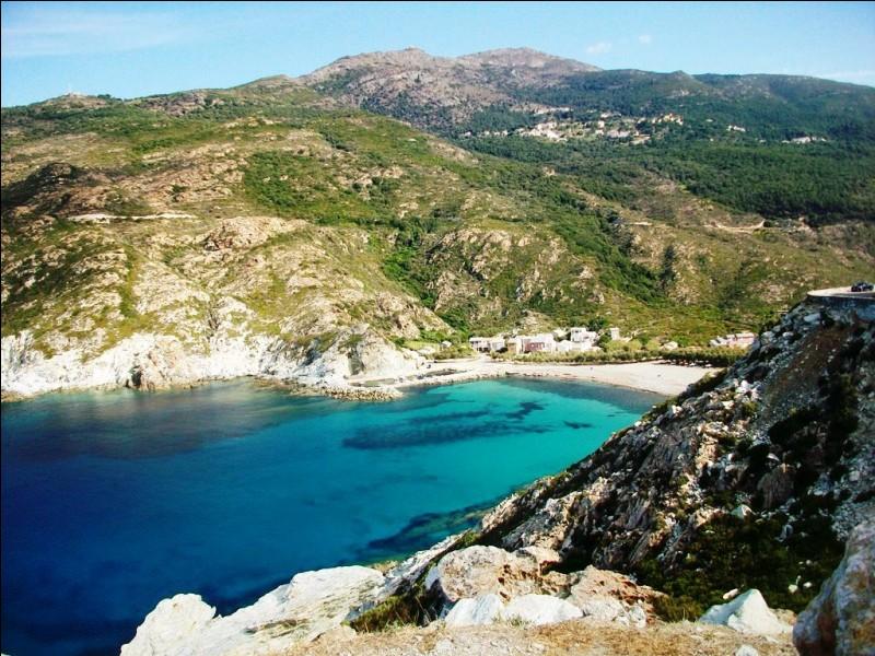 Toujours en France, cette magnifique plage se trouve le long du cap Corse. A quel point cardinal de l'île de Beauté ce cap se situe-t-il ?