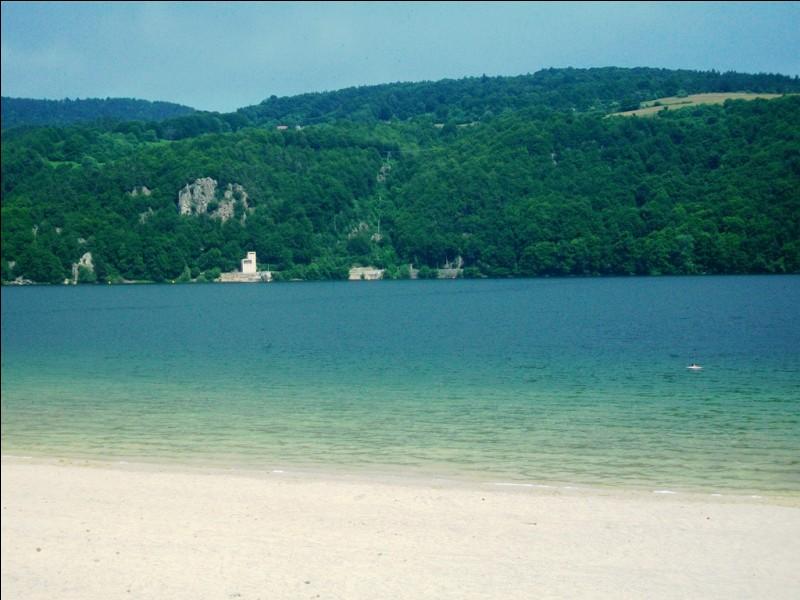 Encore une plage et un lac de France. Le lac d'Issarlès est un lac de cratère volcanique situé à 1 000 mètres d'altitude au sud-est du massif Central. Dans quel département se trouve-t-il ?