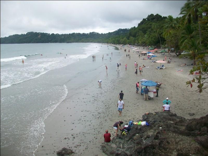 """Partons vers le continent américain. La plage de Quepos se situe sur la côte Pacifique à proximité immédiate du parc national Manuel Antonio. Dans quel pays d'Amérique Centrale, surnommé le """"Paradis Vert"""" et réputé pour son écotourisme, cette plage se situe-t-elle ?"""